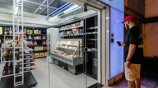 Brasileiros montam loja do futuro: Sem atendente e que faz delivery de tudo.